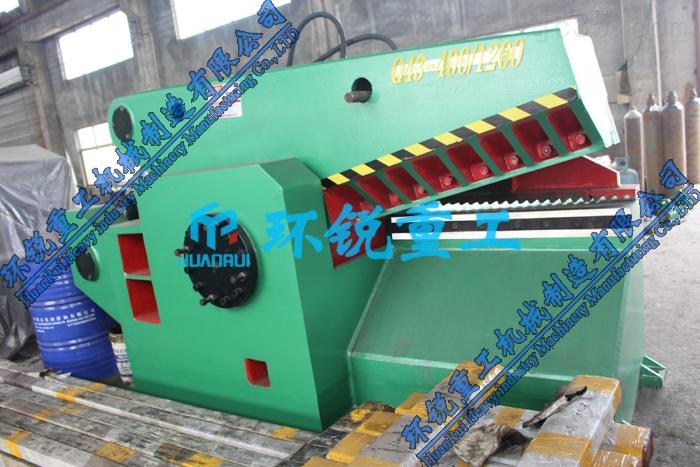 400吨液压金属鳄鱼剪切机适用于金属回收公司、废钢厂、冶炼铸造企业对各种形状的型钢及各种金属结构进行冷态剪切,以加工合格炉料。 (一)、产品特点: 1、采用液压驱动,操作方便, 维修简单。 2、工作刀口长度:400mm、600mm、 700mm、800mm、1000mm、1200mm、1500mm、1800mm,剪切力从40吨至630吨共11个等级。700mm以上刀口的剪切机, 特别适用于剪切报废汽车。 3、安装无须底脚螺丝, 无电源的地方可用柴油机作动力。 (二)、性能及优点: 1、400吨液压金属鳄