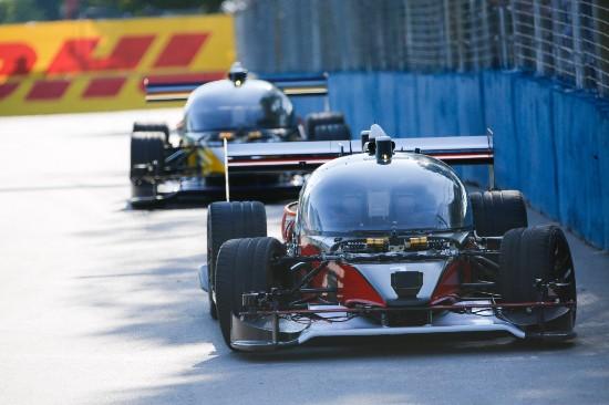 全球首场无人驾驶汽车比赛举行 两车参赛一辆撞坏
