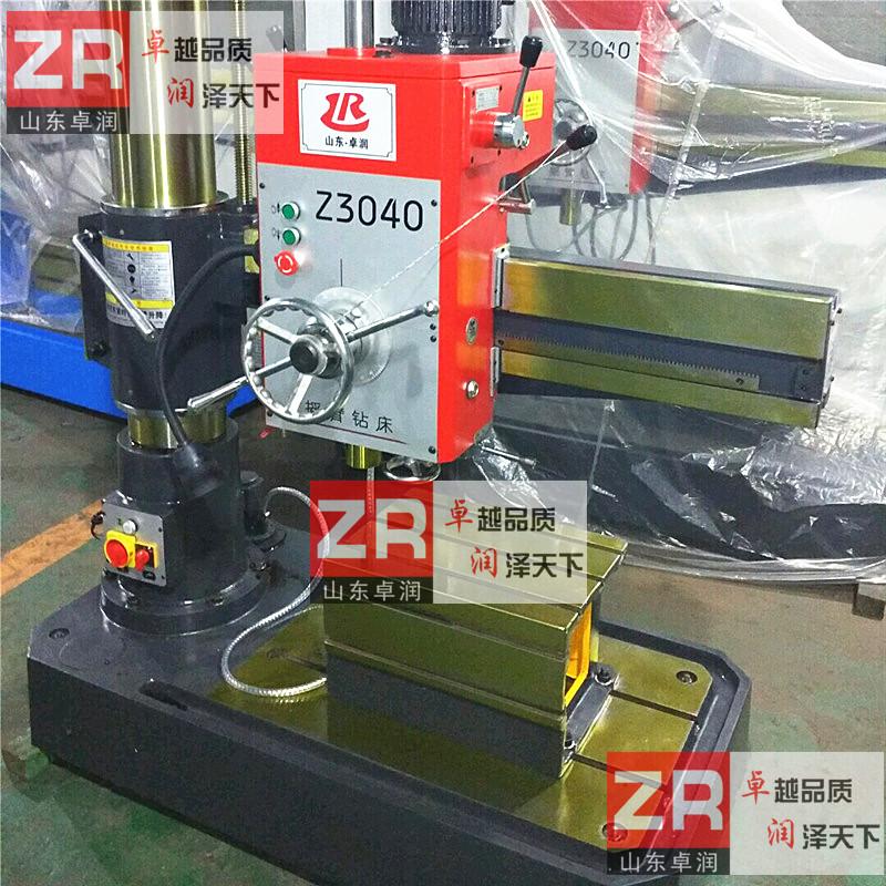 1、Z3040型摇臂钻床采用3台电动机拖动,他们分别是主轴电动机,摇臂升降电动机,和冷却泵电动机,这些电动机都采用直接启动方式。 2、为了适应多种形式的加工要求,摇臂钻床主轴的旋转及进给运动有较大的调速范围,一般情况下多由机械变速机构实现。主轴变速机构与进给变速机构均装在主轴箱内。 3、摇臂钻床的主运动和进给运动均为主轴的运动,为此这两项运动有一台主轴电动机拖动,分别经主轴传动机构,进给传动机构实现主轴的旋转和进给。 4、采用机械电气双重保险、开门断电,急停按钮更加有效的提高安全措施。